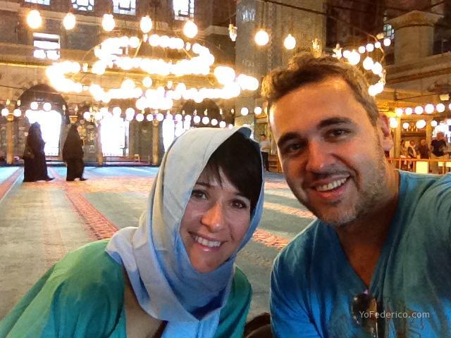 En una mezquita de Estambul y Mumita con la cobertura necesaria para respetar la costumbre.