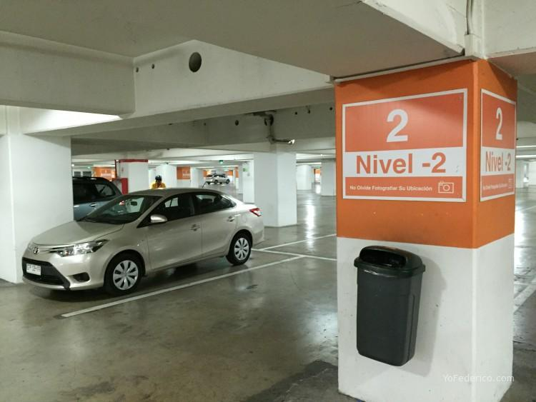 El Toyota Yaris esperándonos en las cocheras del Costanera Center