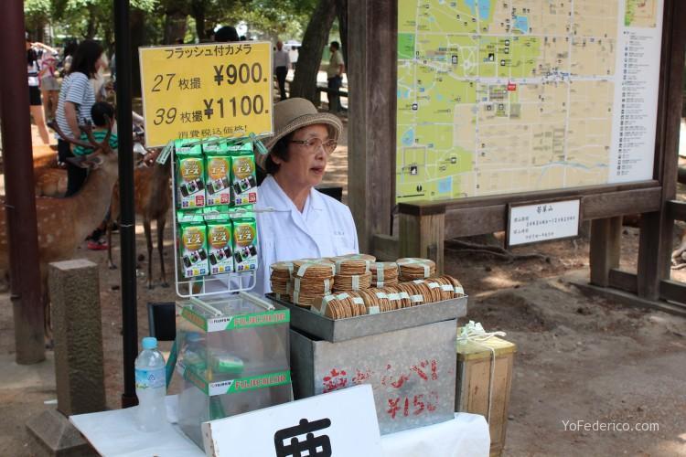 Vendedora de galletas para Ciervos de Nara, Japon