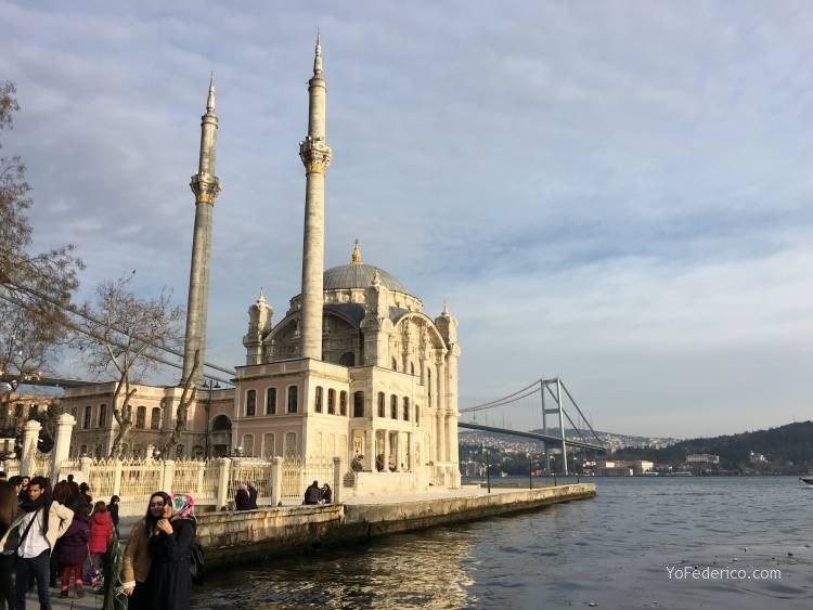 La mezquita de Ortaköy en Estambul 15